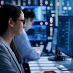 Une experte de la cybersécurité est assise à un poste informatique